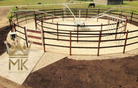 Ogrodzenie do karuzeli dla koni z drewnianymi żerdziami i czarnymi bandami z tworzywa