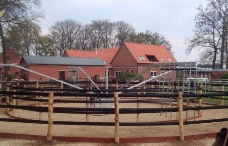 Giostra con recinto Beo-Band e copertura in legno