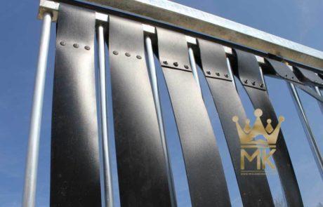 zicht blokkerende duw poort met aluminium stangen en beoband banden ertussen