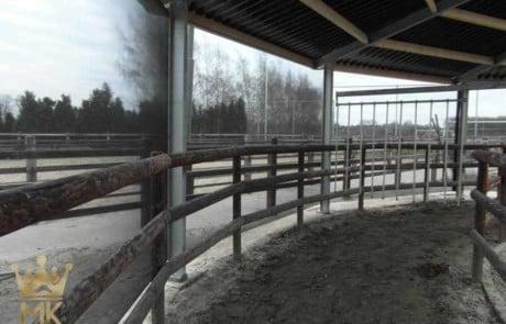 Hufschlagüberdachung mit schwedischer Einzäunung