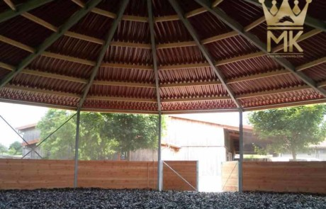 Roof for lunging horses