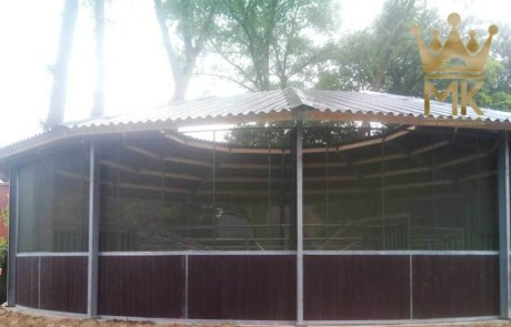 Equestrian roof specially high with windbreak-net on the fence